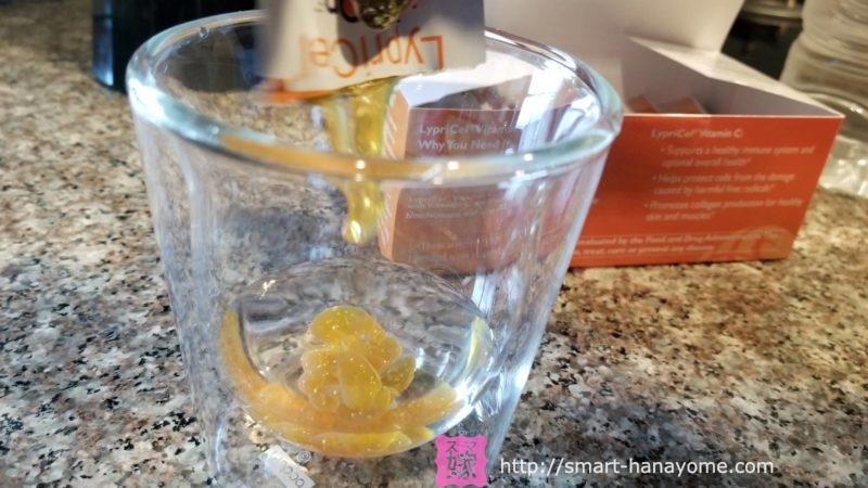 水を入れたコップにリプライセルを入れると飲みやすい